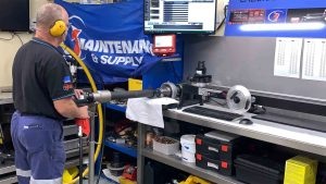 1 maintenance person using a hydraulic cylinder repair